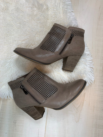 Bella Vita Cut-out Detail Ankle Boots: Size 8