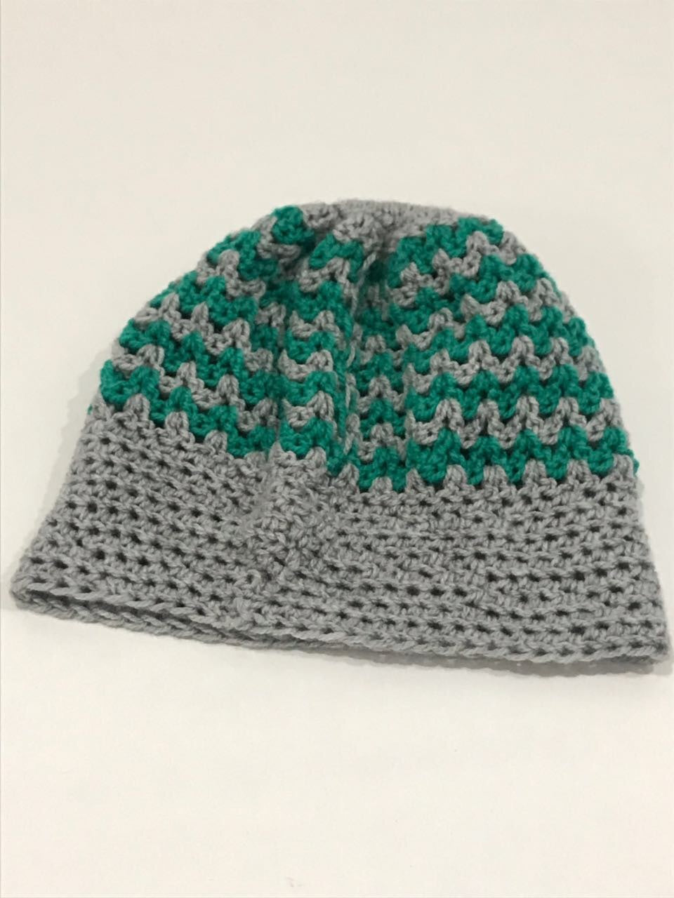 Hand knitted beanie with pony tale hole - JewlOn