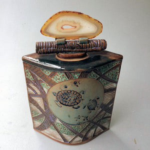 sea turtle vessel with agate lid