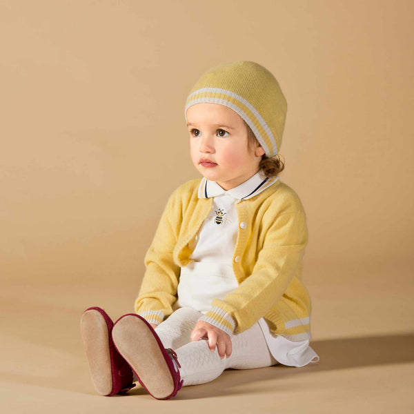Girl wearing Oscar and Me yellow cashmere cardigan and beanie