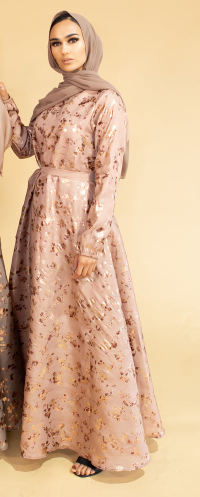 Aaliya Collections Gold Contrast Abaya Pink A closed abaya with gorgeous gold leaf detailing creating a stunning contrast, finished with elasticated sleeves and provided with a waist belt to achieve a beautiful silhouette