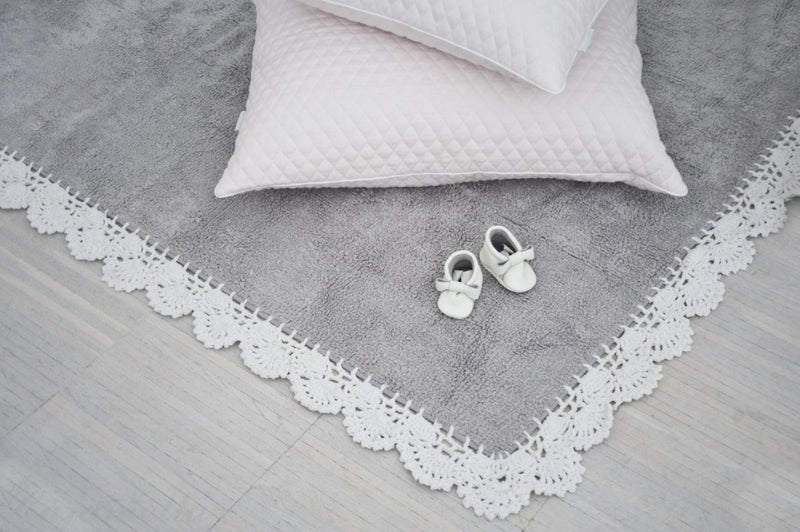 GREY RUG WITH CROCHET