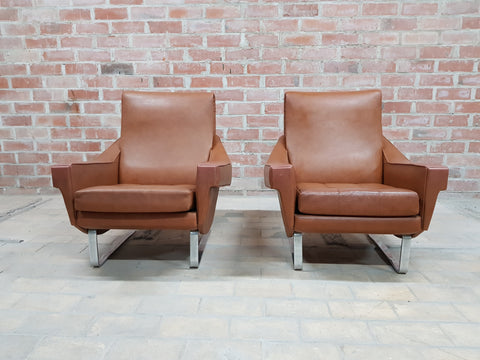 A Pair of Vintage Mid Century Brown Vinyl Club Lounge Chairs in Great Condition