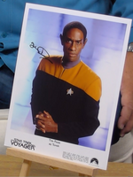 200354 - Tim Russ as Tvok in Star Trek Voyager Mounted Photo Personally Signed - Treasure TV