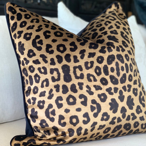 Chipata Leopard cushion w Black back & piping
