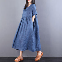 Laden Sie das Bild in den Galerie-Viewer, und gestalten Sie lange Leinenkleider in Übergröße. Loose Lacing Ramie Short Sleeve Blue Plisseekleid