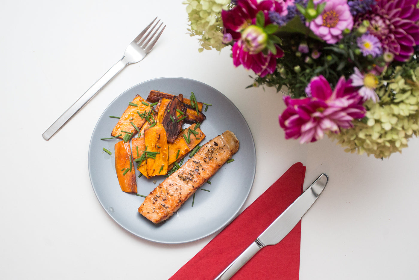Pepper-Crusted Salmon with Sweet Potato Wedges 🐟