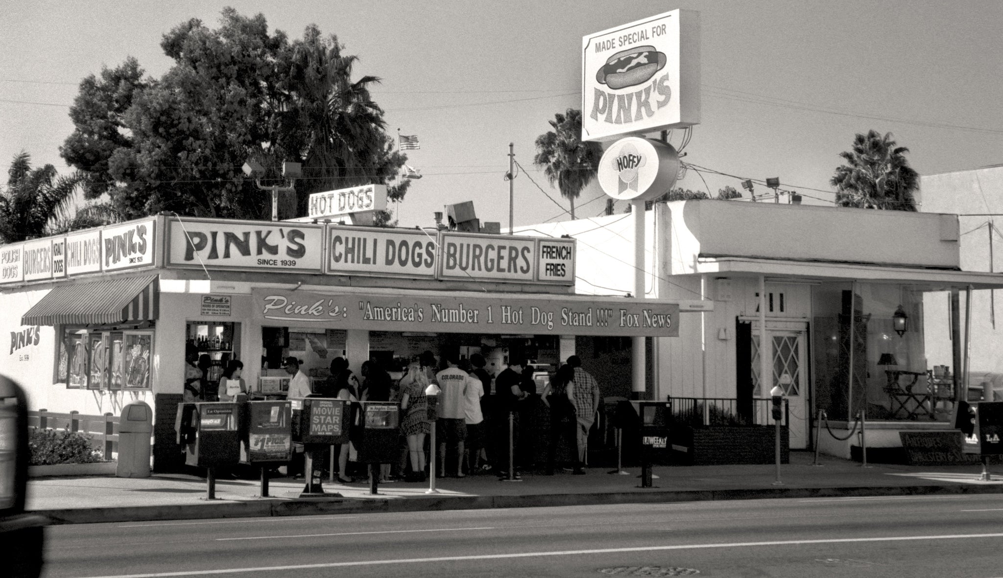 Pinks hot dog stand los angeles california black and white photo