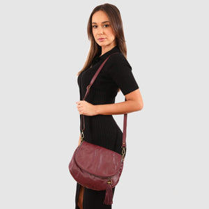 Model wearing the Vasarino bag in Plum