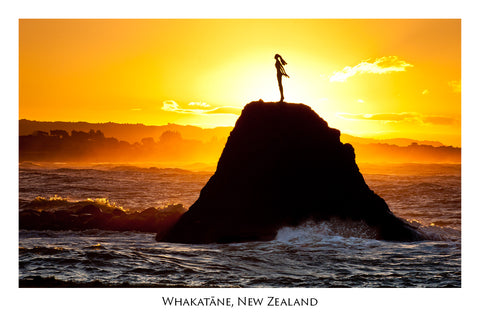 672 - Post Art Postcard - Whakatane Statue