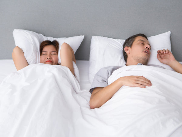 Angry asian woman annoyed with husbands snoring - Designed by Freepik