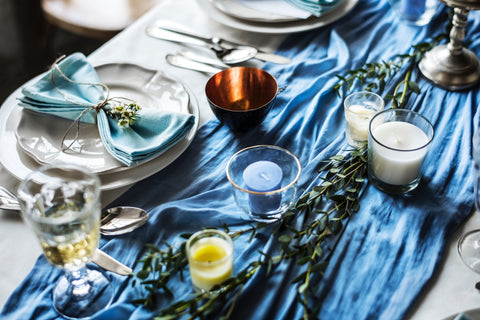 How to throw a small wedding: the menu: table with plates and napkins