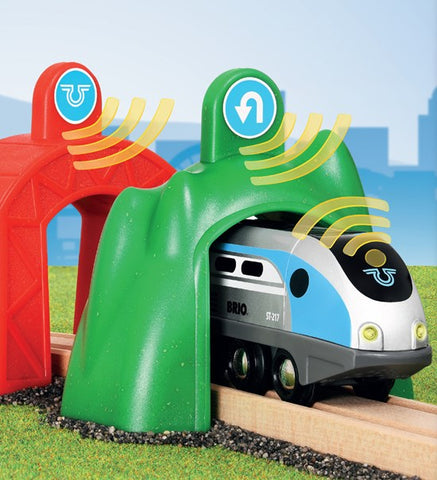 Brio # 33834 Smart Engine With Action Tunnels