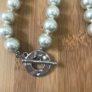 Short pearl necklace with fancy clasp