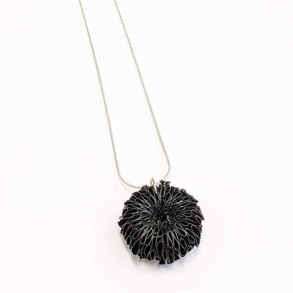Small Daisy Necklace black