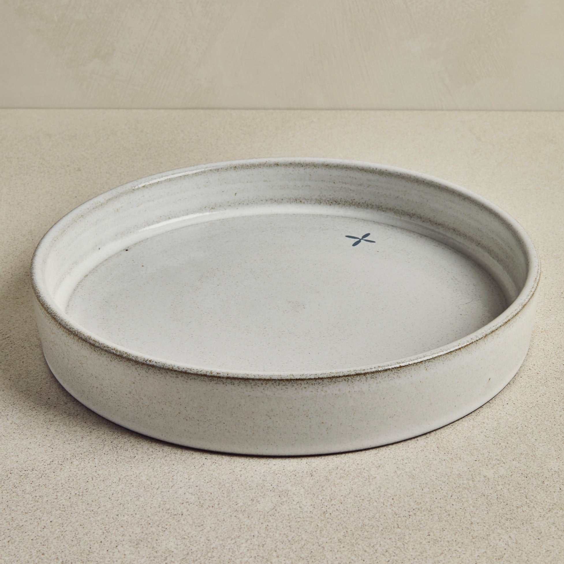 Grey pie dish with anthracite pattern on the side