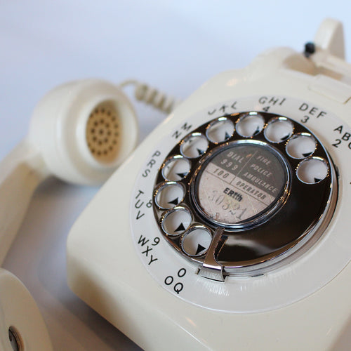 An original GPO model 706 telephone in cream. With original nylon carrying handle (not for carrying). Fully refurbished at Jeroen Markies.