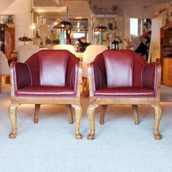Art Deco side chairs in chestnut leather with curved walnut legs at Jeroen Markies
