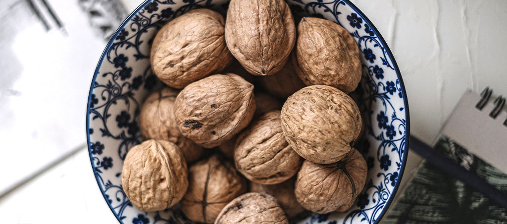 Walnuts in a bowl: a good snack between meals