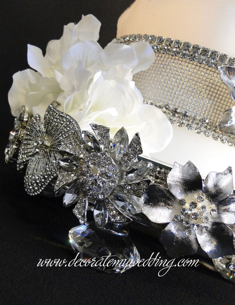 A close up look at the clear rhinestone brooches.