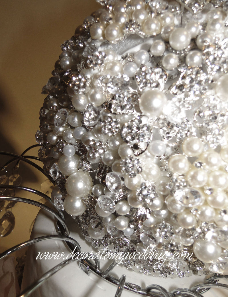 A close up look at the pearl brooch topper.