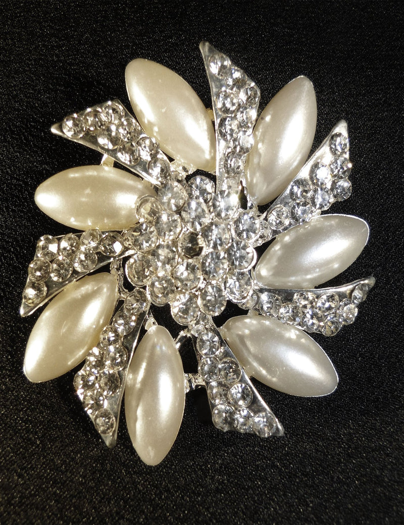 A close up look at the Sofia brooch.