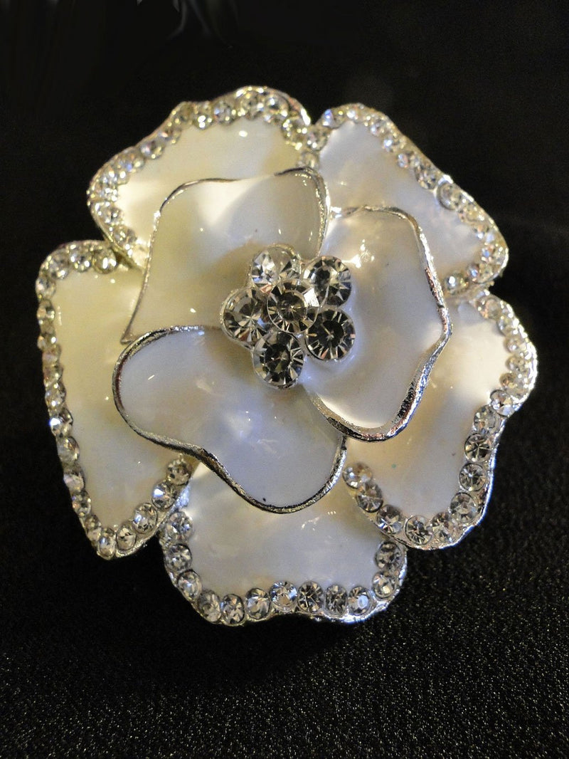 A close up look at the Wiona brooch.