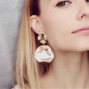 curved metallic gold earrings edgability model view