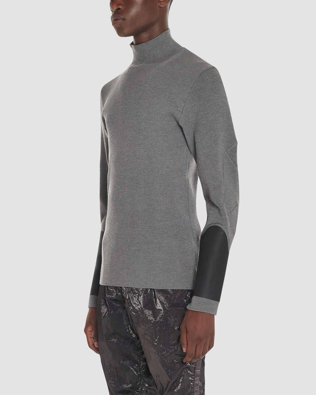 OUTSIDE SEAM TURTLENECK