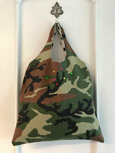 BORSA MODELLO HOBO IN FANTASIA CAMOUFLAGE E BORCHIE COLORATE