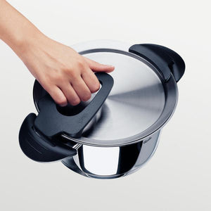 Gripping ribbed handle on lid of a Fissler Intensa Pot