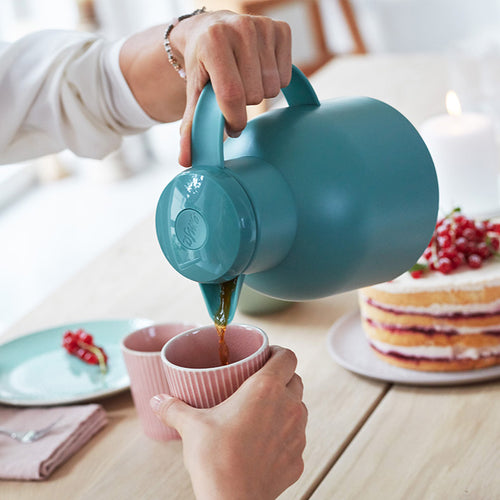 EMSA Samba Vacuum Jug in use, pouring tea or coffee one-handed