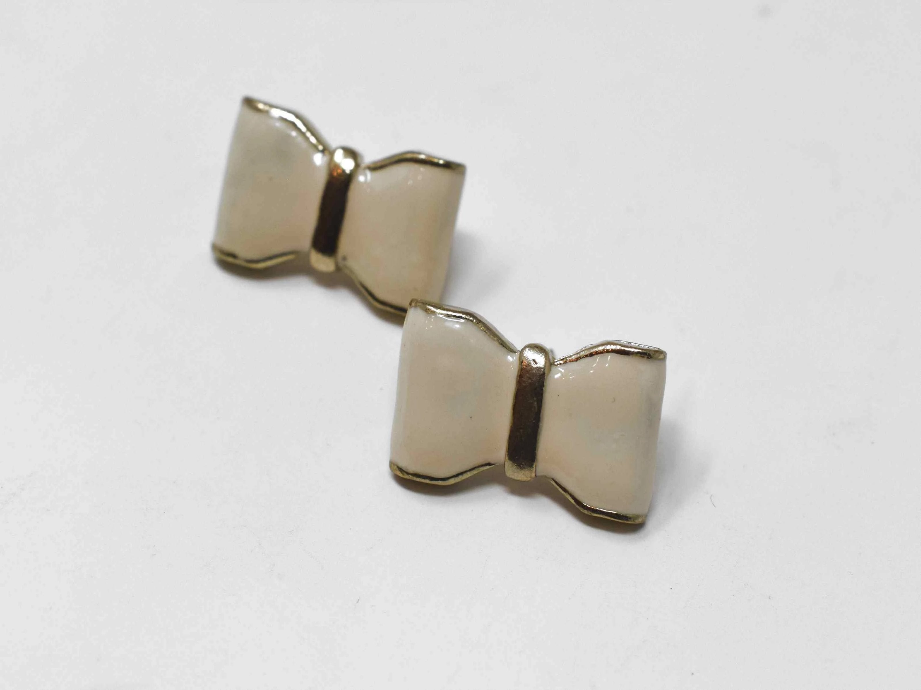 Plan to make our Calla white bow earrings an everyday staple in your wardrobe.  This knob style earring comes with a push back clasp.