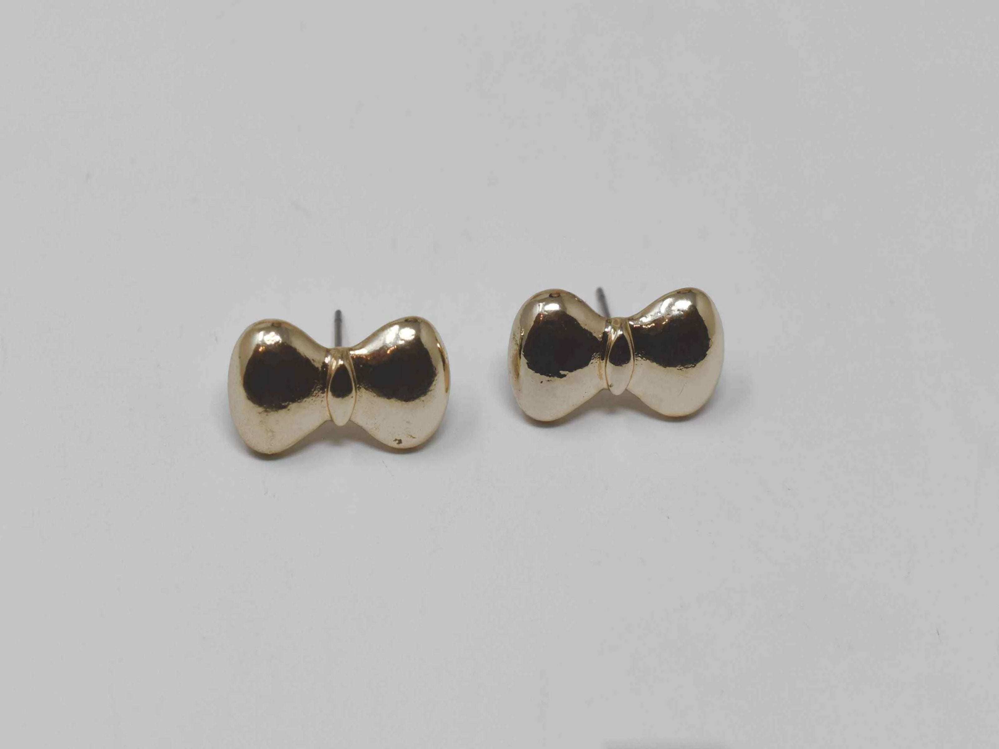 Our bow shaped Gold Cinth push back knobs will fit right in to your day to day lifestyle.  Gold Tone Knob style