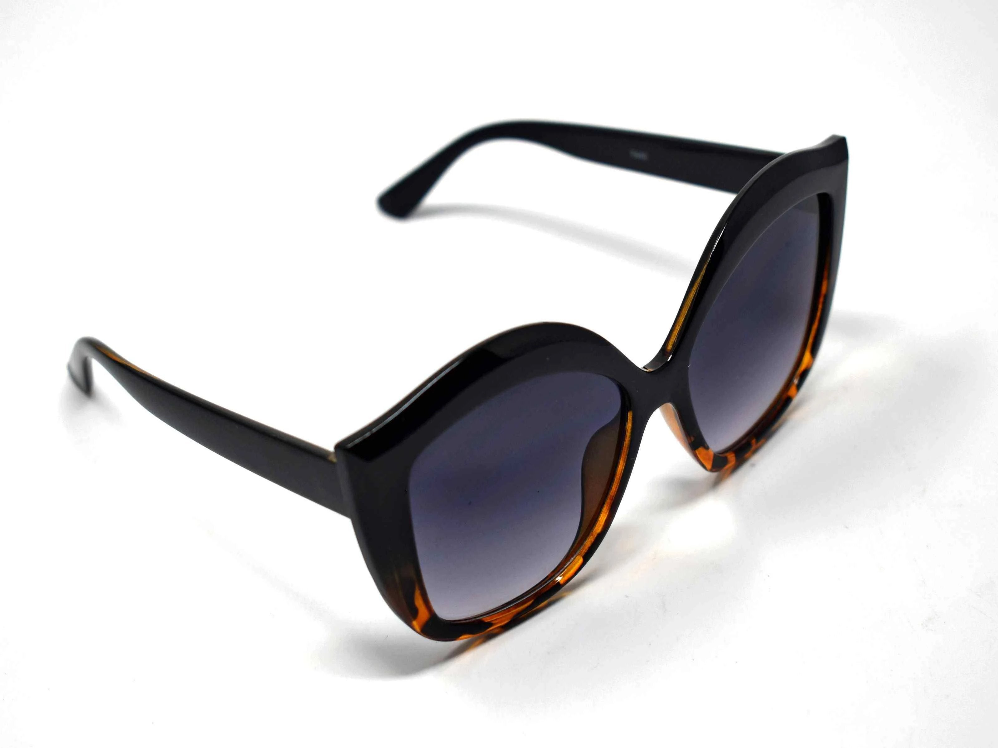 Retro glam has come again with our Petal black and leopard cat eye frame sunglasses with a black lens.