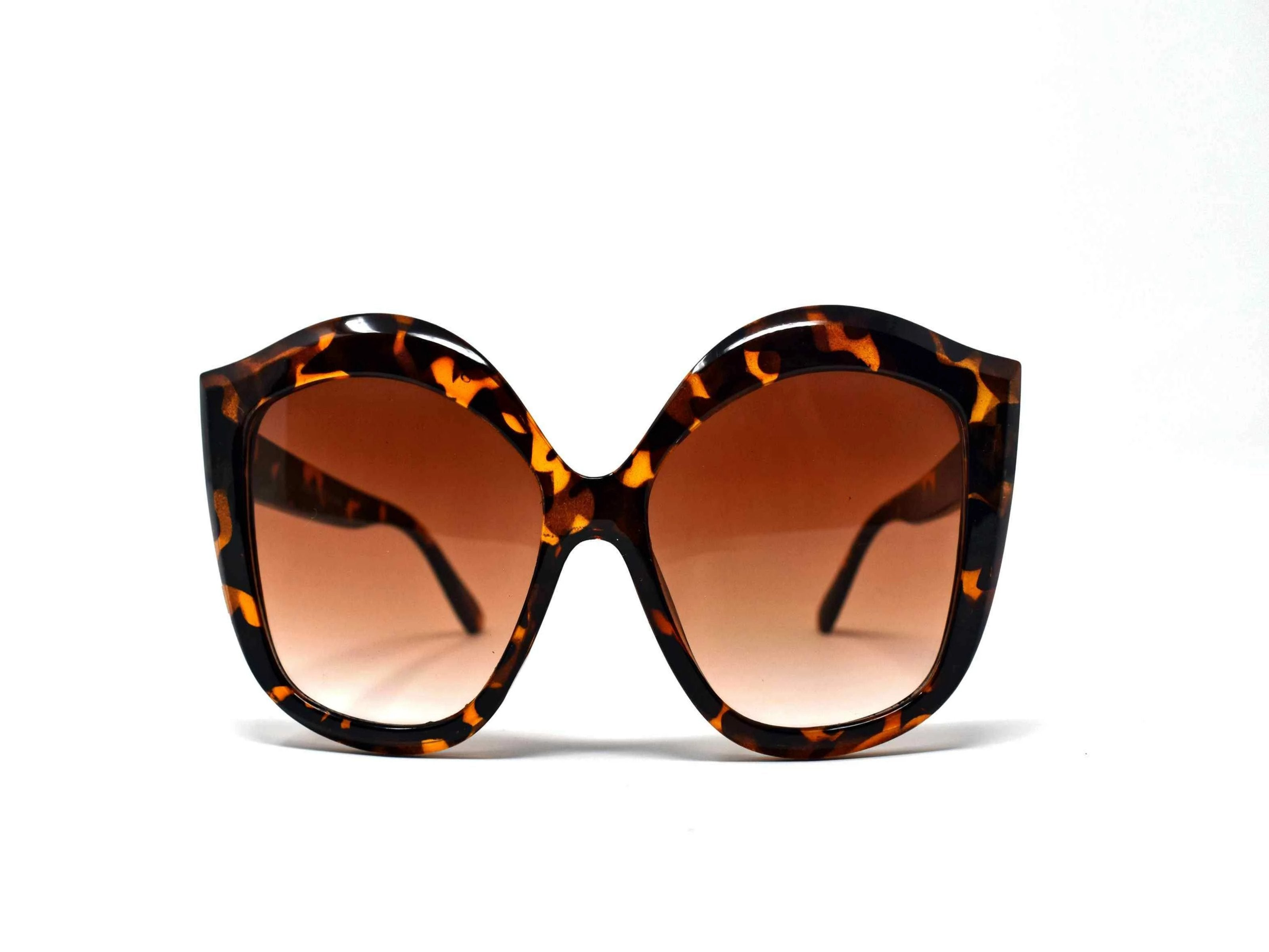 Retro glam has come again with our Petal Leopard cat eye frame sunglasses with a black lens.