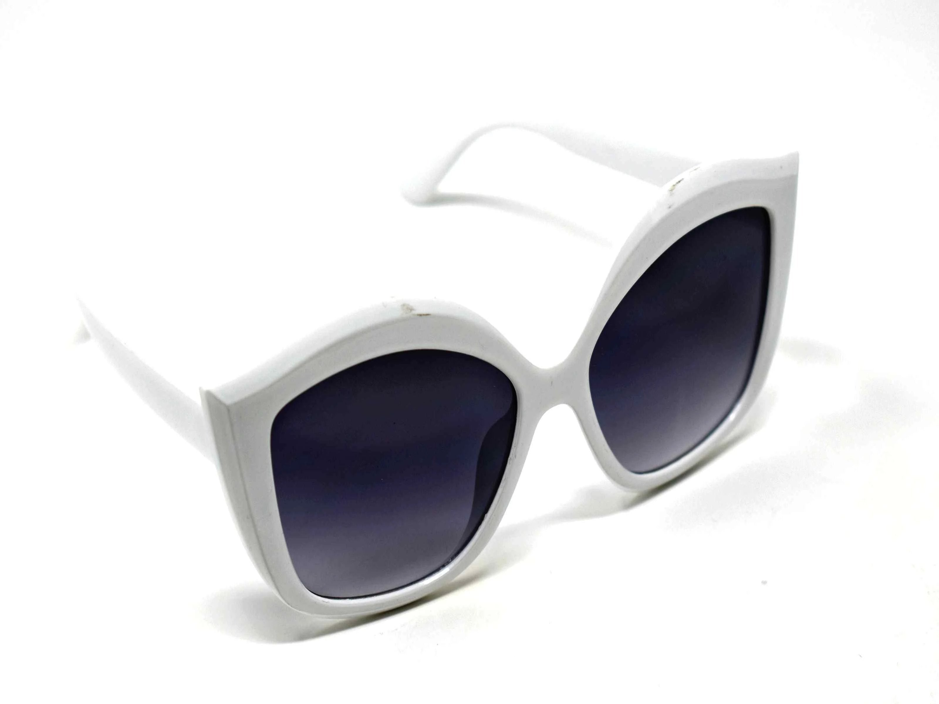 Retro glam has come again with our Petal white cat eye frame sunglasses with a black lens.