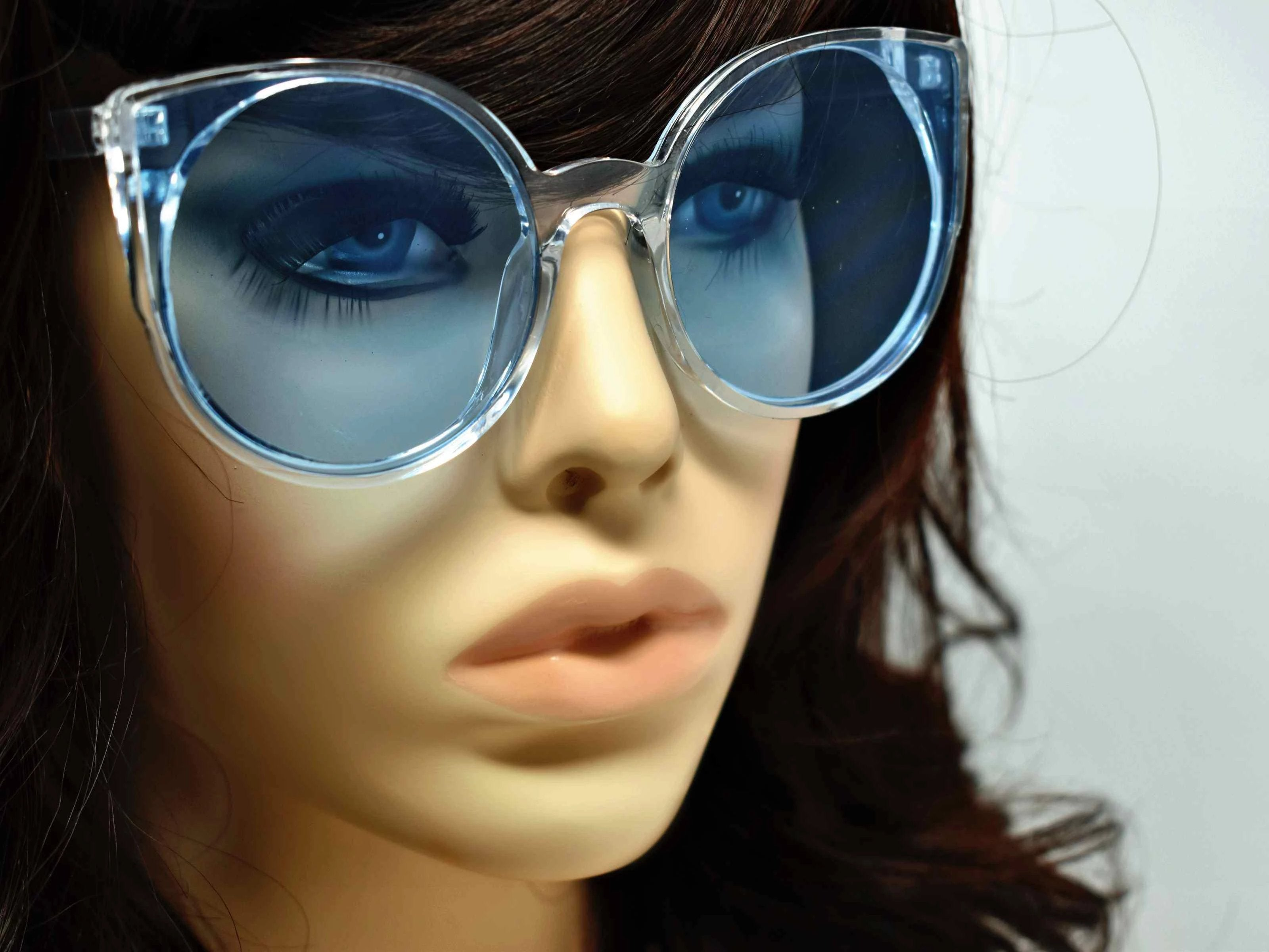 Say hello to our stylish Tansy clear framed sunglasses with blue lens and a cat eye shape.