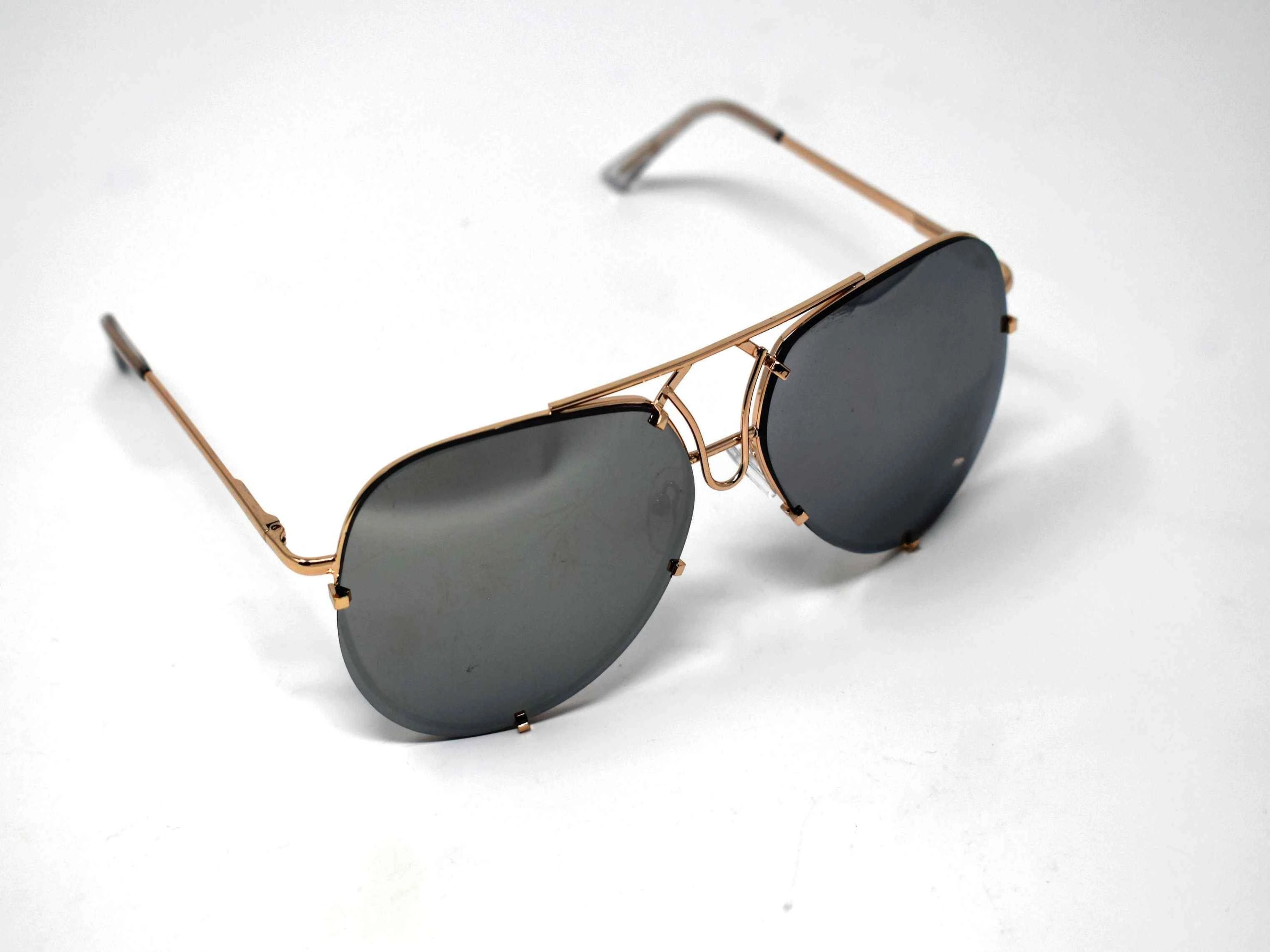 Don't get caught without these yarrow gold frame silver mirrored lens aviator sunglasses.