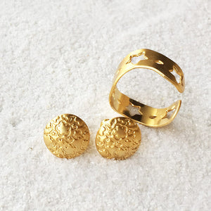 elegant patterned stud earrings in gold and adjustable ring in gold