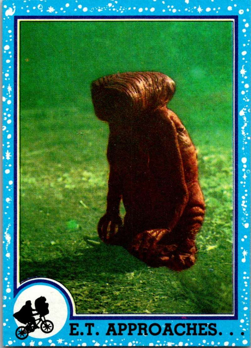 1982 Topps E.T. The Extraterrestrial #9 E.T. Approaches