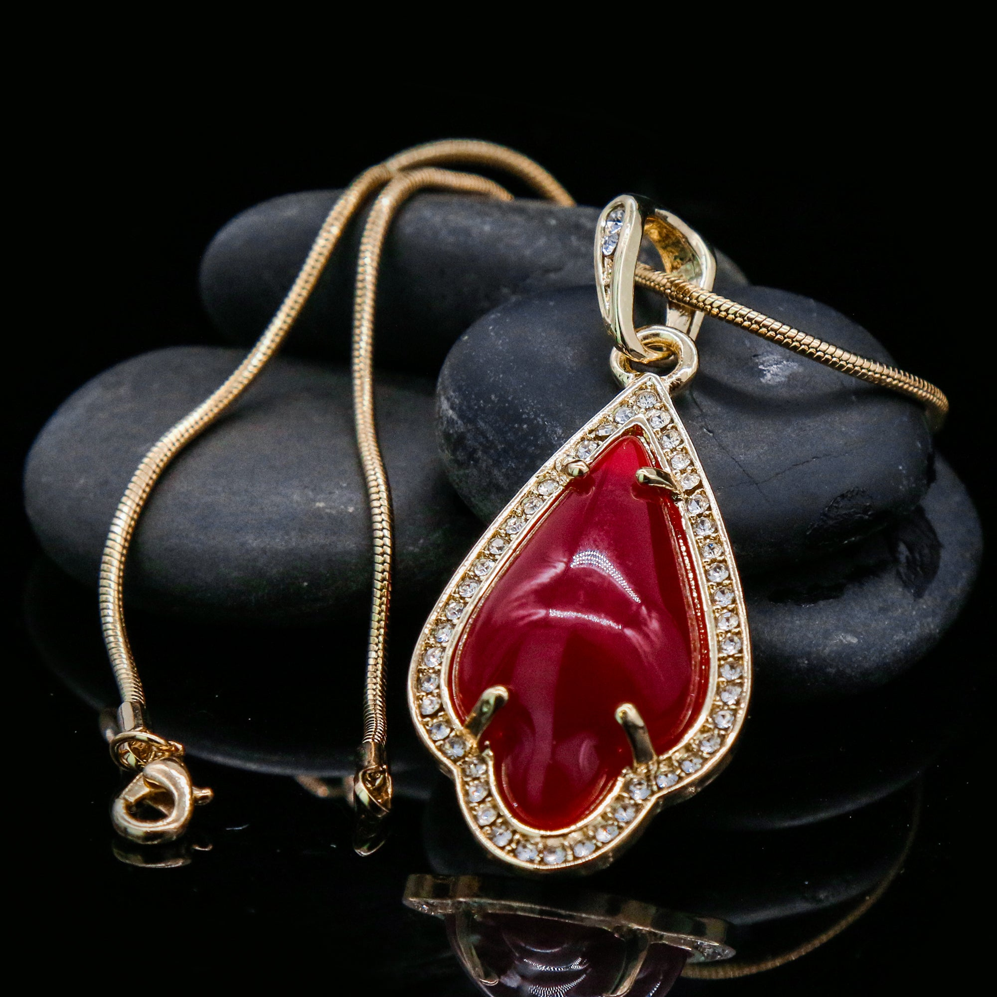Red Women's Pendants 14K Gold Plated Lab Diamond Mounted Curved Tear Resin Jade High Fashion Jewelry Chain Pendant Necklaces