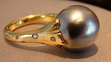 Gray Tahitian Pearl set in Yellow Gold and Diamond Ring