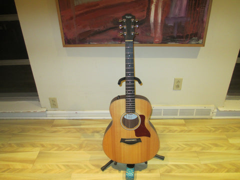 Taylor GS Mini-e. Sitka Spruce Top; Sapele layered sides; Onboard pickup.