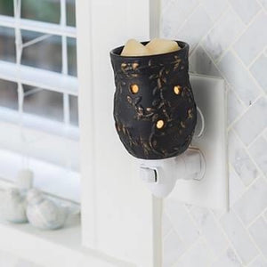 Pluggable fragrance warmer