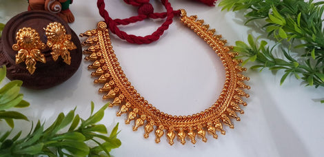 Gold plated jewellery set with beautiful matching earrings