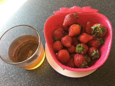 Cold brew Taiwan Black Oolong Tea and strawberries - ToDoTea