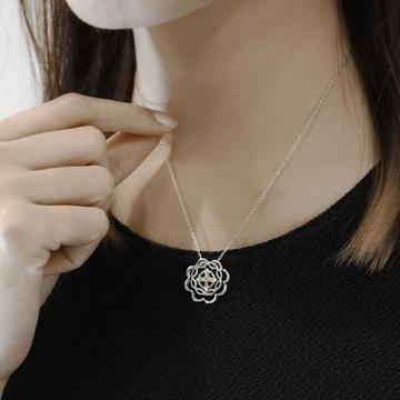 7 Types of Pendants A Woman Must Own in 2019