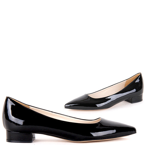9fb6faece132 Small-size-pointed-toe-lether-flat-shoes -Ari-in-black-patent-600_a68c1db0-4592-4528-acbf-7bb2b4505503.jpg?v=1509092615