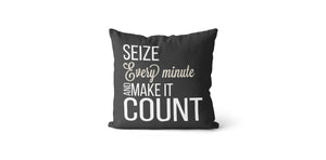 Coussin Seize every minute and make it count couleur charcoal et beige